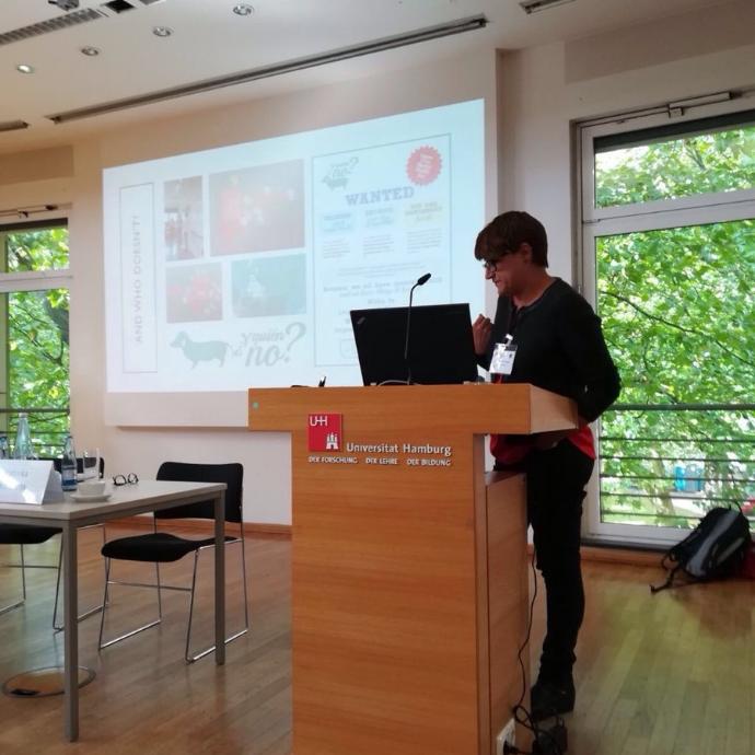 Cristina García hablando en una presentación