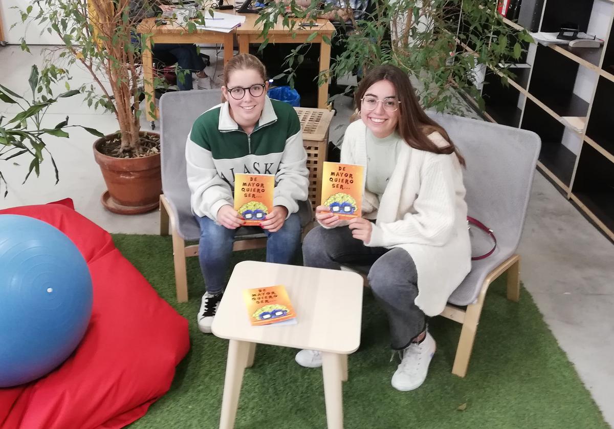 Foto de Claudia Buldain y Ana Salsamendi posando con sendos ejemplares del libro en sus manos