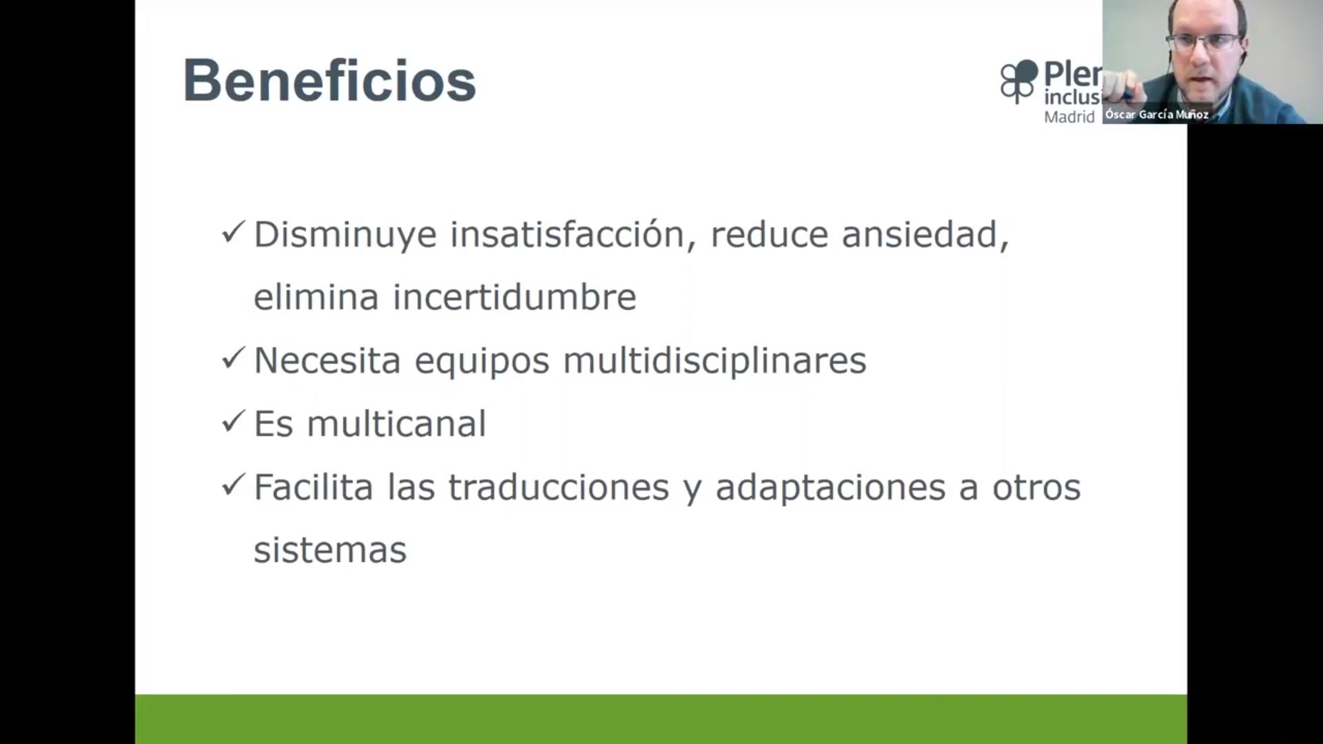 Diapositiva de la presentación de Oscar García Muñoz. El texto dice: Beneficios. Disminuye insatisfacción, reduce ansiedad, elimina incertidumbre. Necesita equipos multidisciplinares. Es multicanal. Facilita las traducciones y adaptaciones a otros sistemas.