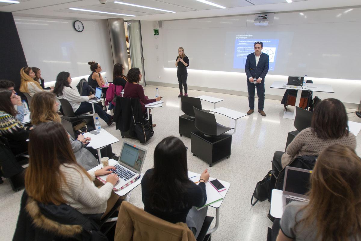 Imagen del Seminario de Marketing Inclusivo. Luis Casado expone en un aula ante el alumnado, junto a una intérprete de lengua de signos